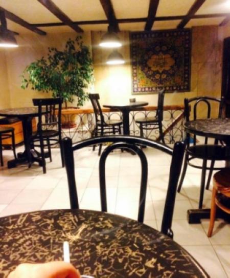 کافه تئاتر محلی برای قرارهای دوستانه