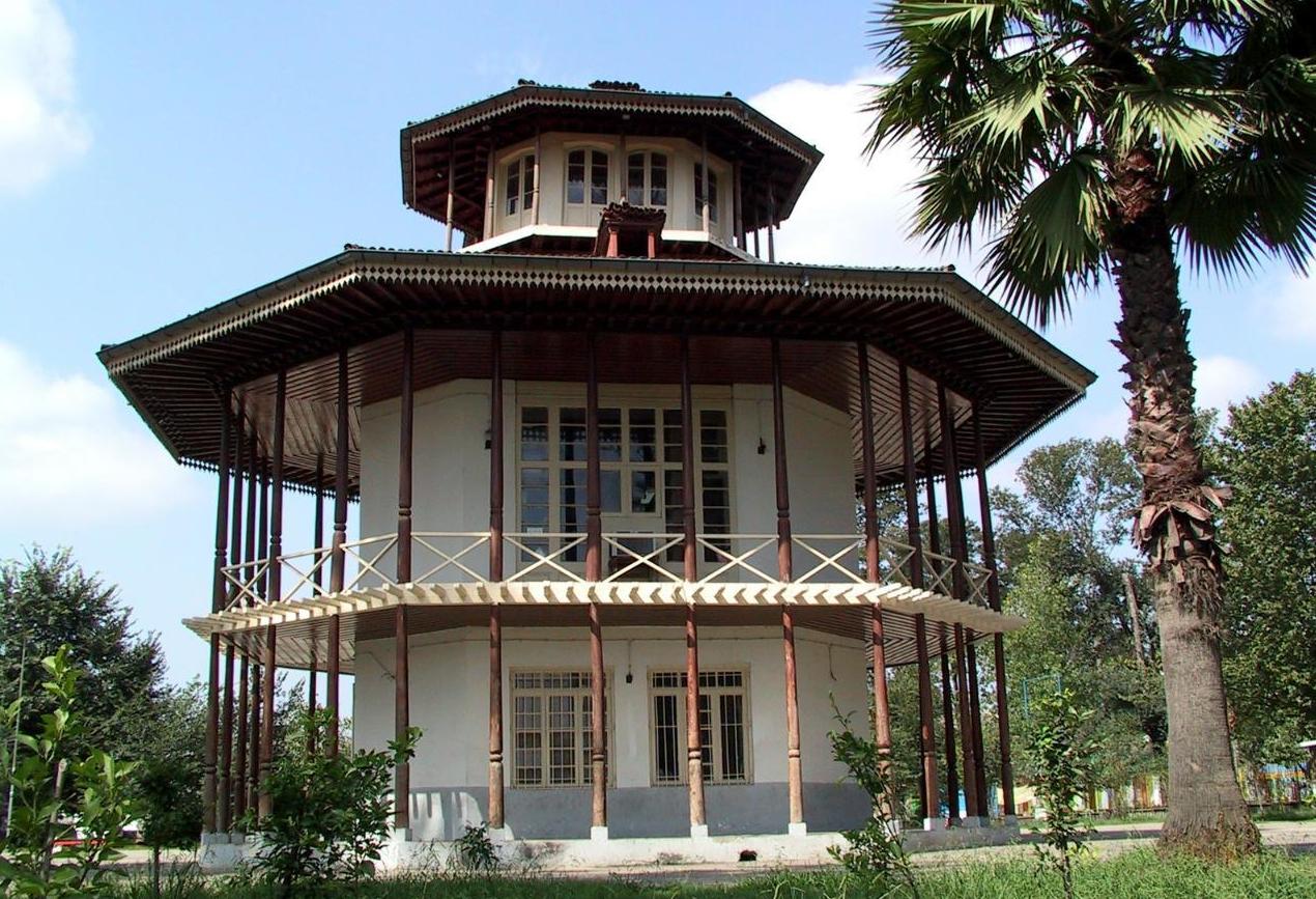 عمارت کلاه فرنگی واقع در باغ محتشم رشت