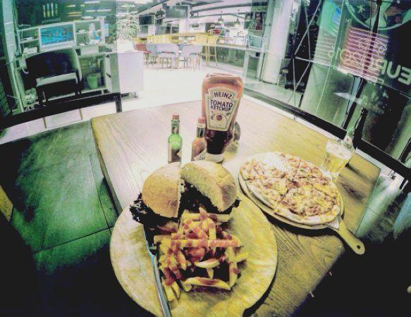 کافه رستوران خانه فوتبال بهترین مکان برای دیدن مسابقات فوتبال