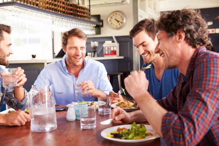 فواید غذا خوردن با دوستان در کاهش وزن